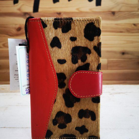 Cartera roja con animal print