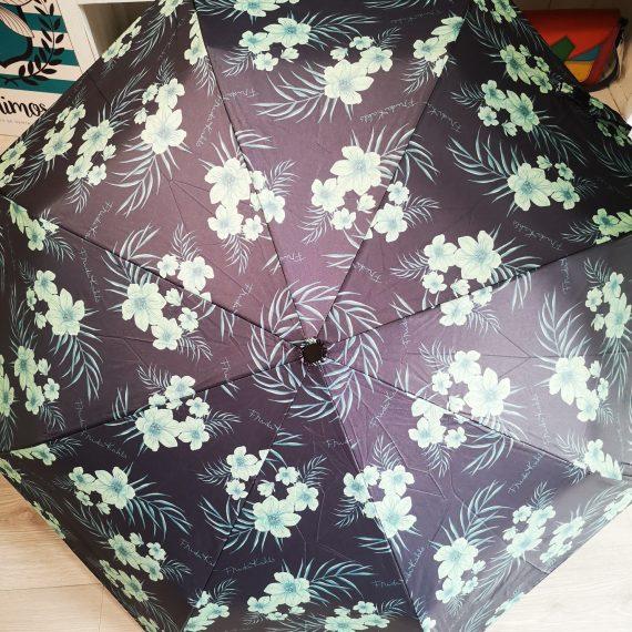 Paraguas azul con flores